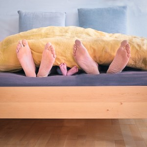 родители и дете в легло